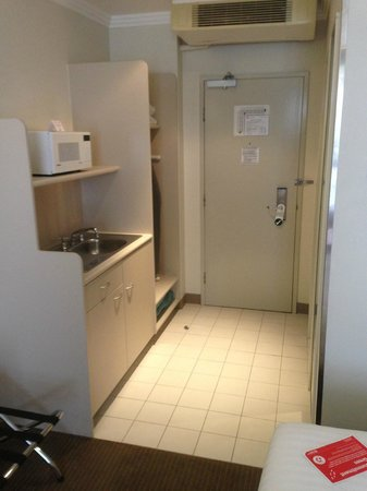 Travelodge Hotel Garden City Brisbane: Kitchenette