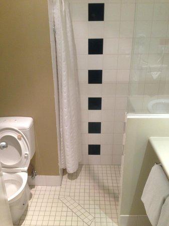 Travelodge Hotel Garden City Brisbane : Adequate bathroom
