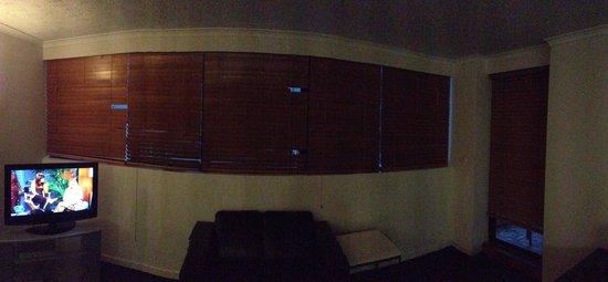 Broadbeach Travel Inn Apartments: Broken blinds