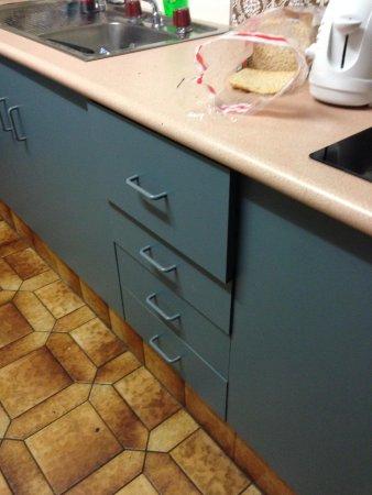 Broadbeach Travel Inn Apartments: Kitchen draws did not close very stiff