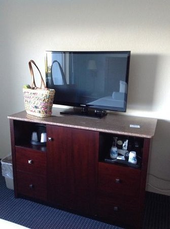 Capt Hiram's Resort: tv area