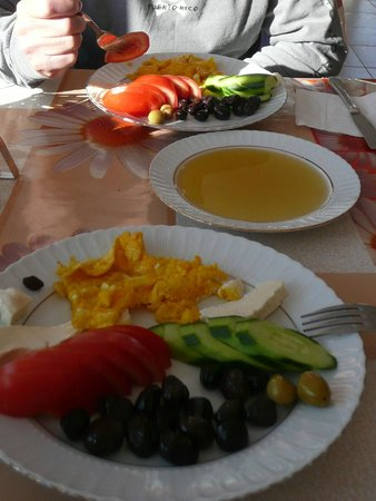 Karadut Pansiyon Nemrut: Breakfast after the climb - note the honey (there was bread too)