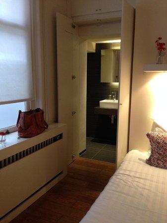 Hotel de Goezeput: Bathroom hidden behind closet doors