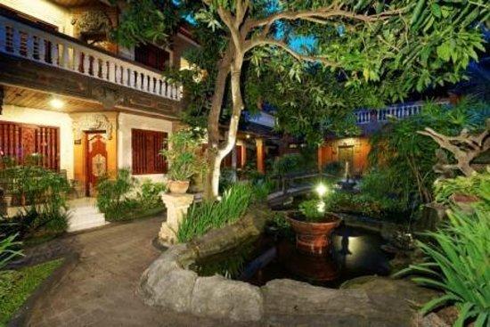 Seminyak Paradiso Hotel: Fish pond
