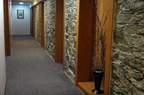 Alti Hotel: Second floor hallway