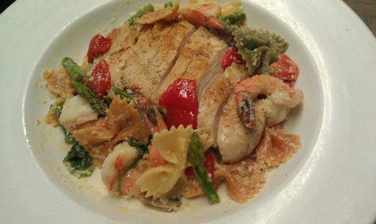 Milanos Pizza and Italian Restaurant: Bowtie  shrimp and chicken pasta
