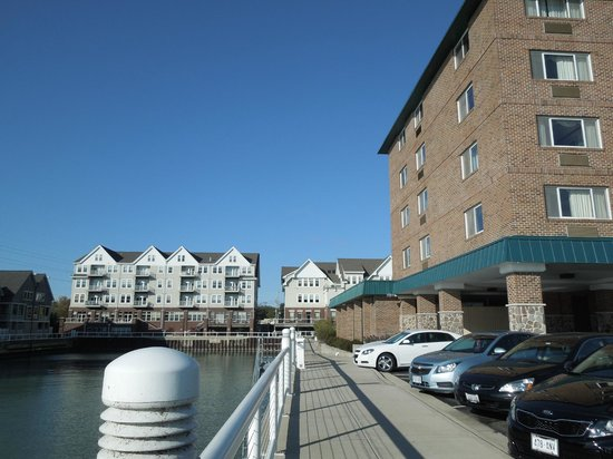 Holiday Inn Port Washington: Hotel is the brick building on the right side