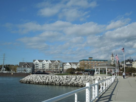 Holiday Inn Port Washington: this is the area around the hotel, hotel is brick building on right