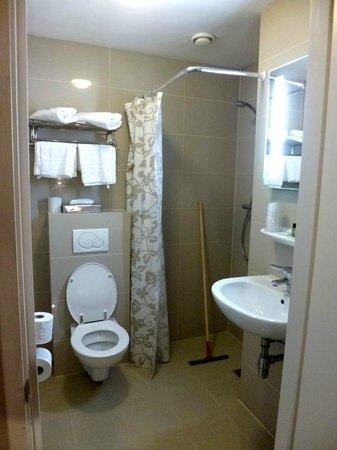 Hotel Central Park: Banheiro do Hotel. Detalhe para a necessidade do rodinho.