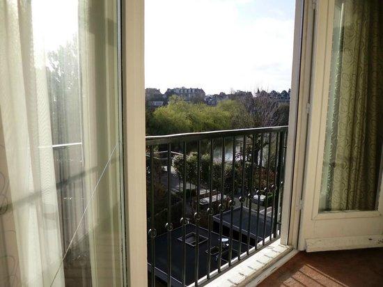 Hotel Central Park: Vista da janela do quarto dos fundos.