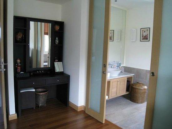 Sunvillas Hua Hin Blue Lagoon: Master Bedroom and Bathroom