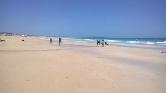 Blue Seas Resort: Cable Beach on a busy day