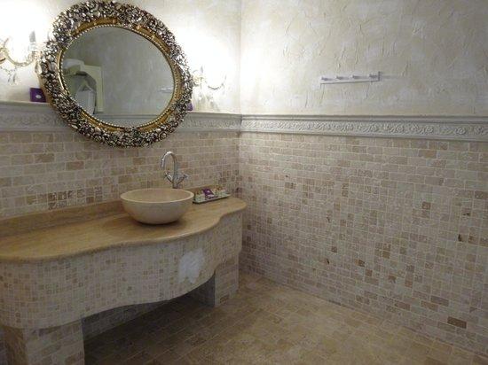 Lukka Hotel: Ornate bathroom