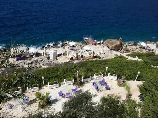 Lukka Hotel: Looking down to the beach