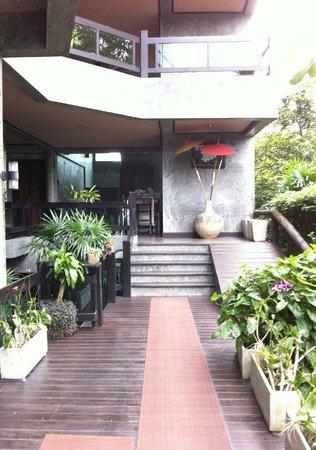 Kiree Thara Boutique Resort: ทางด้านเข้าห้องพัก