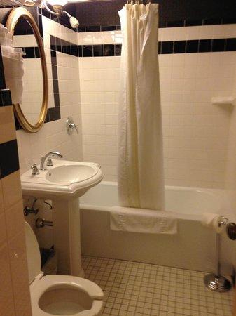 Ambassador Hotel: Bathroom.