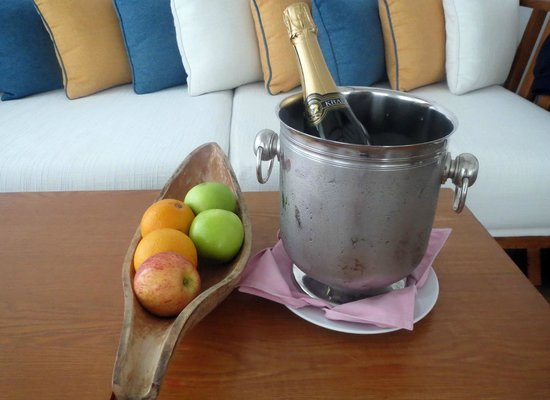 Centara Grand Island Resort & Spa Maldives: Sparkling wine and fruit
