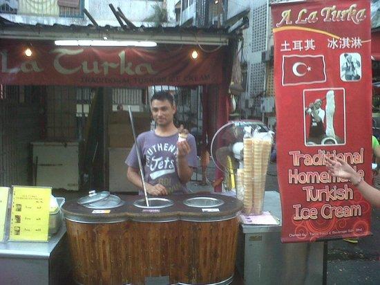 Dengba Hostel : Turkish ice cream di dekat hotel ( RM.5 ) - yuummm..