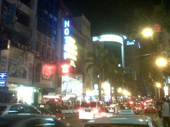 Dengba Hostel : Bukit bintang di waktu malam