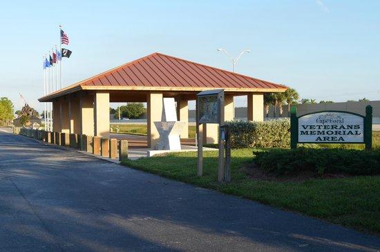 Four Mile Cove Ecological Preserve: Veteran's Memorial area.