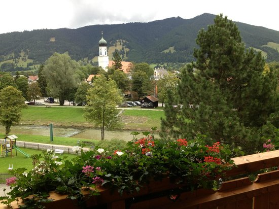 Parkhotel Sonnenhof: Oberammergau across the river