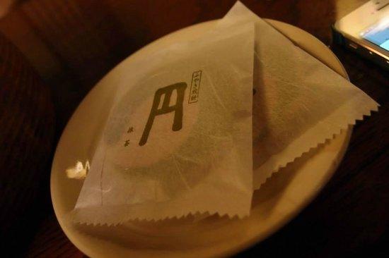 Matsubaya Inn: welcome tea and biscuit