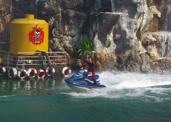 Safari World: jetski chase at the stuntshow