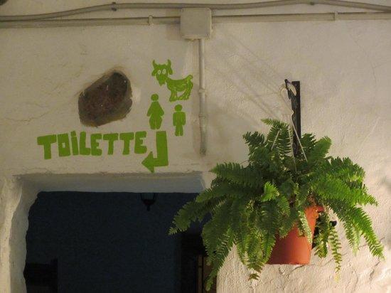 Pincha Cabra Tapas Bar: Decoración patio interior