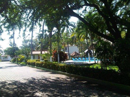 Hotel Piedras del Sol Acapulco Diamante: Caminerías, jardines y piscina