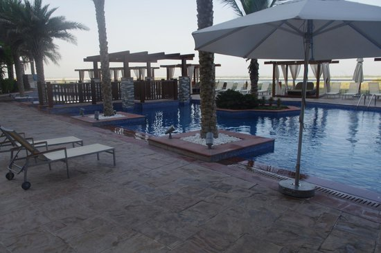 Radisson Blu Hotel, Abu Dhabi Yas Island: Outside Pool Area