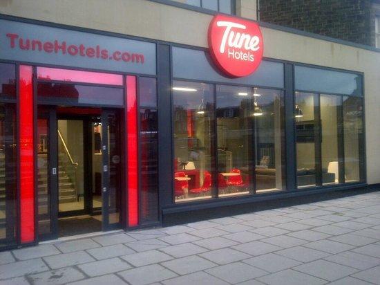Tune Hotel Haymarket, Edinburgh: Front Entrance to Hotel on Haymarket Terrace