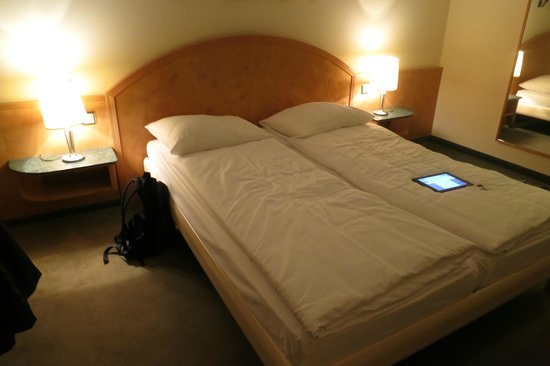 Astor Hotel & Serviced Apartments: Bedroom of double bed (actually 2 twin beds)