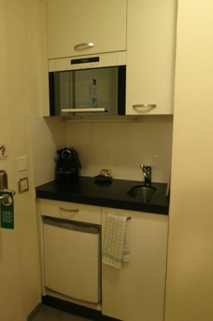 Astor Hotel & Serviced Apartments : Small pantry area