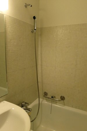 Astor Hotel & Serviced Apartments : Bathtub area - the tap did not work when swivelled to the hottest range
