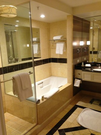 The Palazzo Resort Hotel Casino: Bathroom - shower and bath