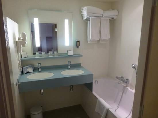 The Alfred Hotel: Bathroom in Suite