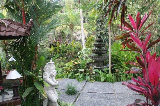 Bali Spirit Hotel and Spa: Garden walks