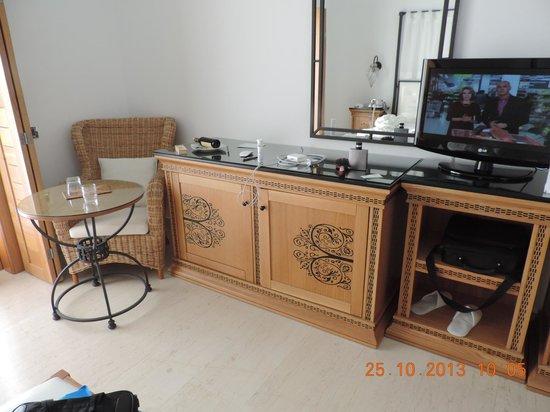 Mitsis Blue Domes Resort & Spa : Вся мебель в номере из масива дуба