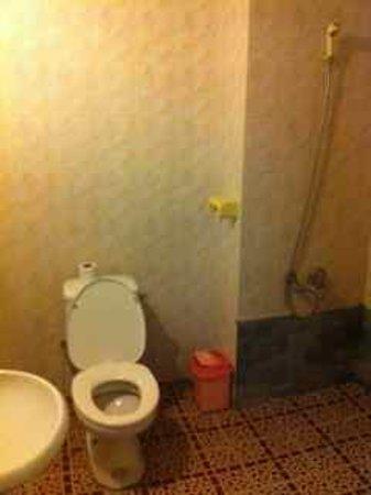 Yar Khinn Thar Hotel : basic but clean bathroom