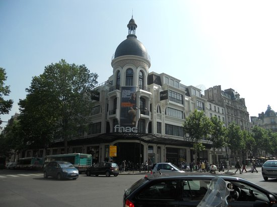 Hotel Riviera Elysees: Fnac davanti l'Hotel
