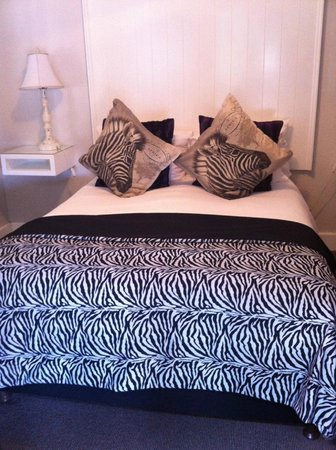 Hermanus Guesthouse: Our zebra bed!