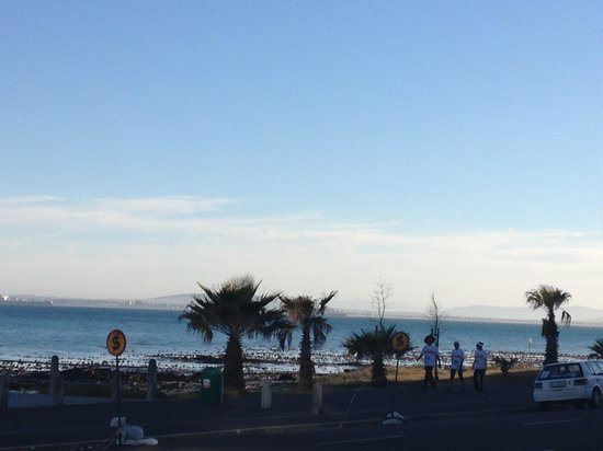 Dolphin Inn Guesthouse, Mouille Point: Breakfast view