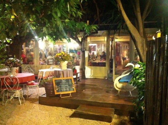 les tables dans le jardin picture of la ramade saint. Black Bedroom Furniture Sets. Home Design Ideas