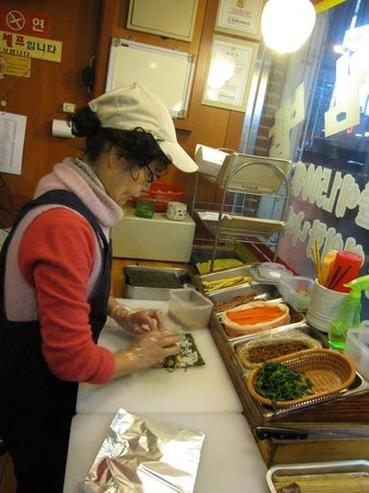 Kimbab Cheonguk Gwangan Main Store: 調理中