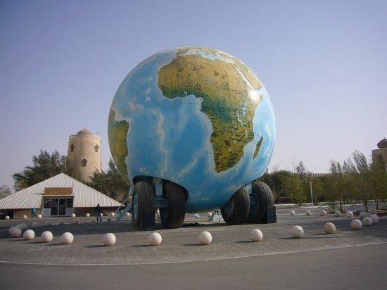Emirates National Auto Museum: машина-глобус