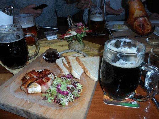 Plzensky restaurant Andel: Гермелин, запечёный в беконе с салатом и брусничным соусом