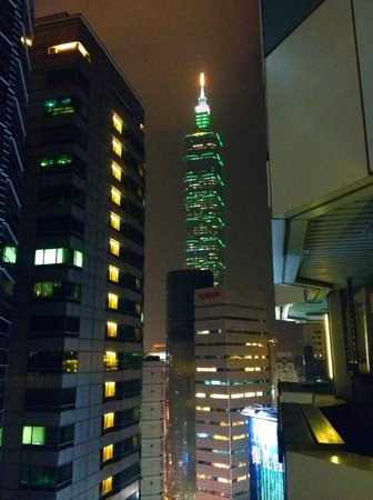 Pacific Business Hotel: View of Taipei 101 from our 15th floor room.