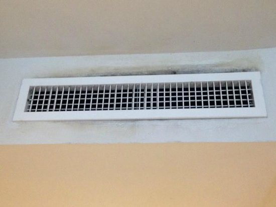 Century Langkasuka Resort : mouldy wall, old air conditioning system