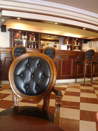 Mitsis Petit Palais Beach Hotel: Bar de l'hôtel
