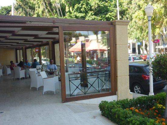 Mitsis Petit Palais Beach Hotel: Bar dans la véranda à l'entrée de l'hôtel